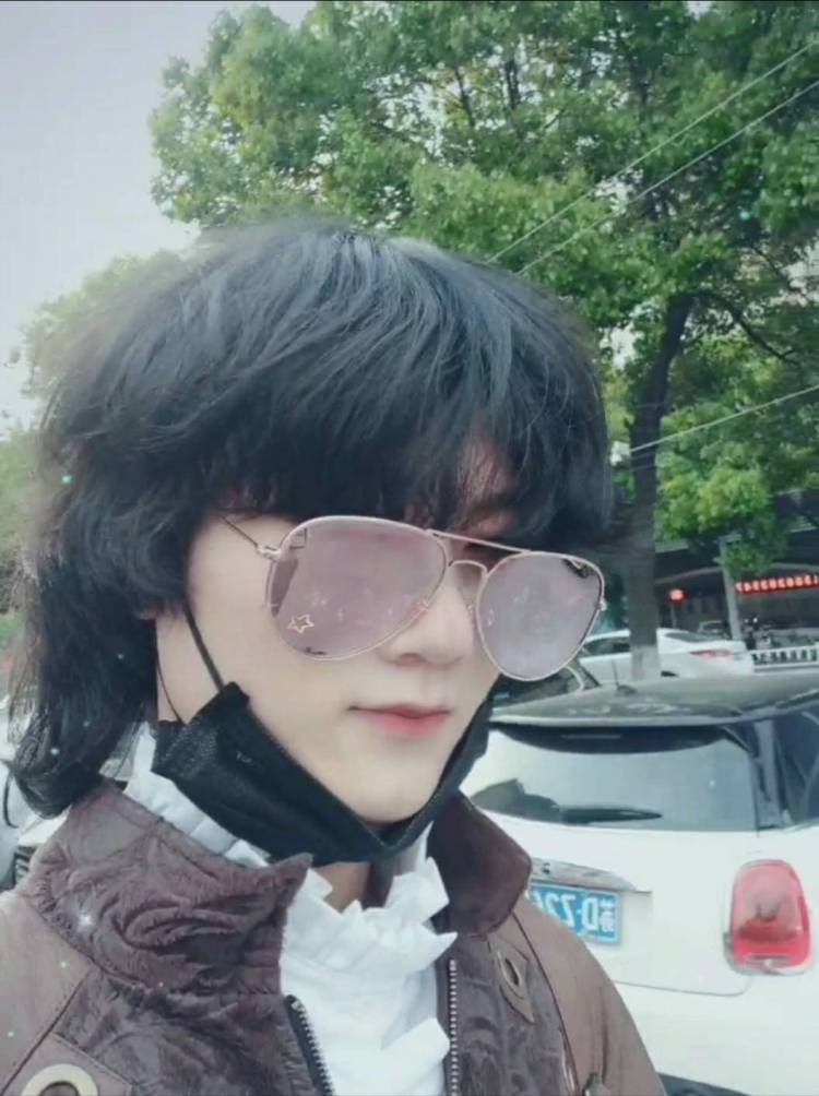 Igor-江苏省·常州市·新北区--我做过三年T台模特练习生,两年模特加助教。现在自己投资各种店,坐等收钱每天无聊就试试网拍接单,可以多件或者多套,也请相信我的穿搭审美