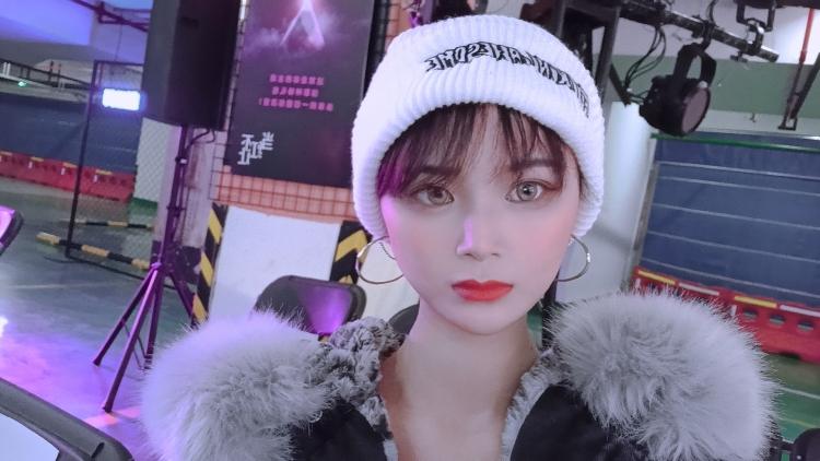 Susan(情绪暴动中,有事明天说)-浙江省·嘉兴市·海宁市-抖音,微博-大学时兼职模特,做过网拍,做过晚会主持。现在在做短视频,全网抖音56000粉,主要是好物分享,微博115000粉,主要是生活和时尚系列